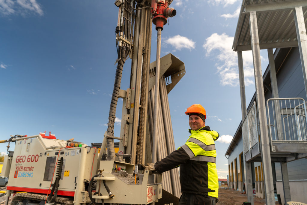 DYNASET HG Hydraulic Generator helping on plastic welding.